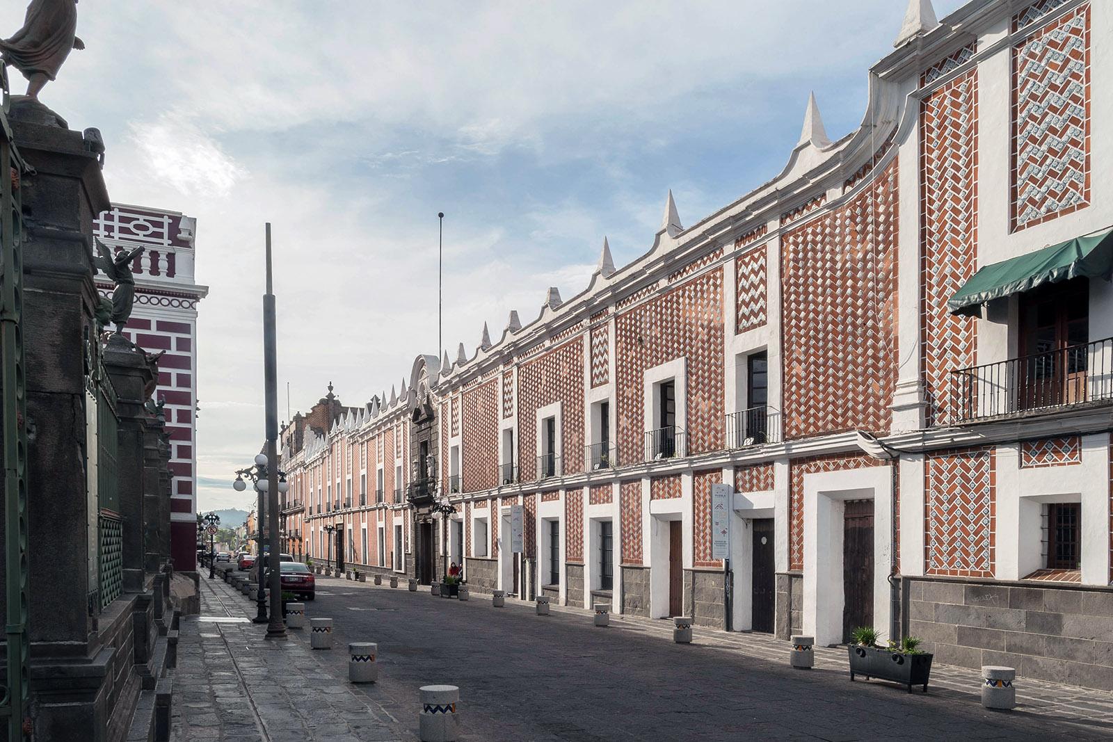 Building with colorful tiles in Puebla de los Ángeles